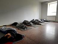 Мигранты спят в центре для беженцев в Лахти, Финляндия