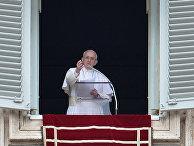 Папа Римский Франциск обращается к верующим во время воскресной молитвы в Ватикане, 7 февраля 2016