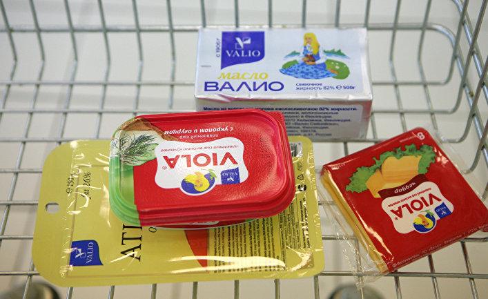"""Плавленный сыр """"Виола"""" марки """"Валио"""" на прилавке в магазине"""