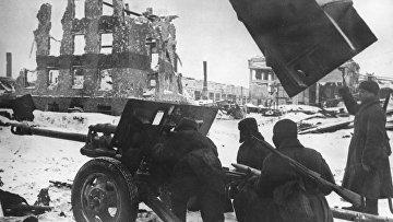 Советские артиллеристы во время одного из уличных боев в Сталинграде. Ноябрь 1942 года