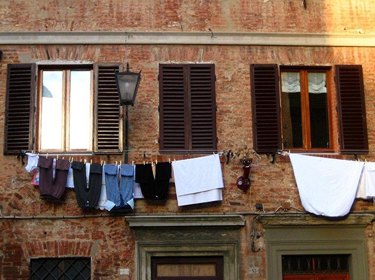 Белье сохнет на улице в Италии