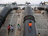 Защитные сооружения вдоль дамбы, для защиты от наводненый в Джакарте