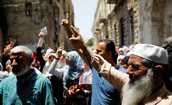 Палестинцы во время акции протеста из-за новых мер безопасности Израиля на улице Старого города в Иерусалиме