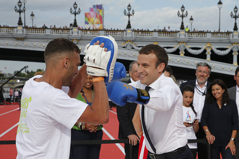 Президент Франции Эммануэль Макрон спарингует в Париже