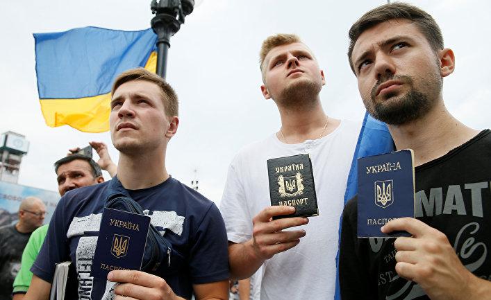 Активисты с украинским паспортами на акции в поодержку Михаила Саакашвили на Площади независимости в Киеве. 27 июля 2017