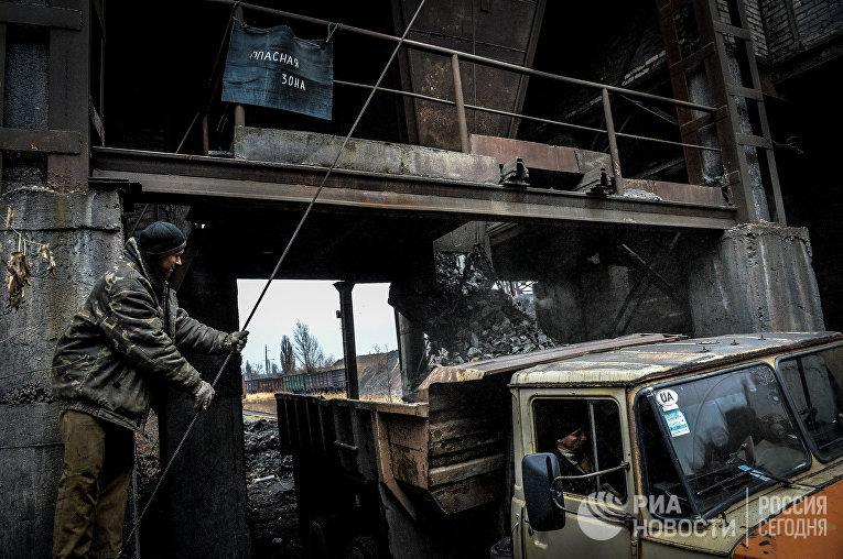 Вывоз породы на шахте имени Челюскинцев в Донецке