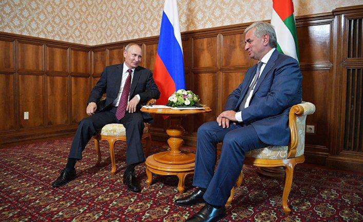 Президент РФ Владимир Путин и президент Республики Абхазия Рауль Хаджимба