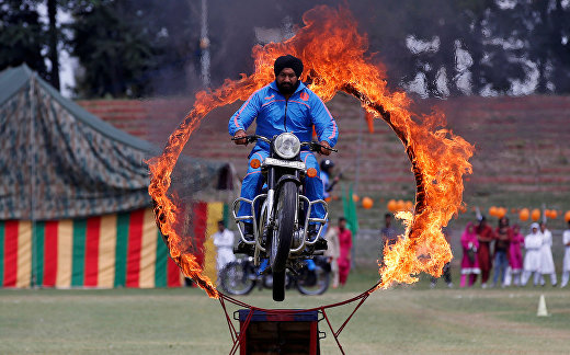 Полицейский выполняет трюк во время празднования Дня независимости Индии