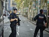 Полицейский патруль на улице Лас-Рамблас в Барселоне