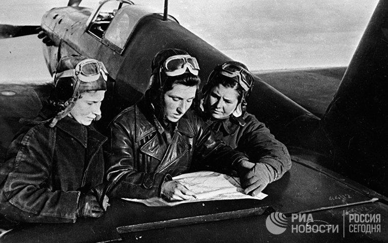 Летчицы 586 истребительного авиационного полка Лиля Литвяк, Катя Буданова, Маша Кузнецова у самолета ЯК-1. 1943 год