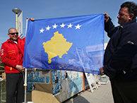 Жители Приштины с флагом самопровозглашенной респупблики Косово