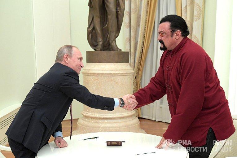 Президент РФ Владимир Путин и американский актер во время встречи в Кремле