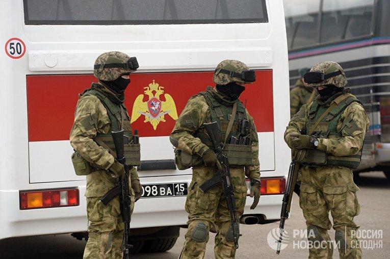 Военнослужащие Росгвардии на совместной тренировке пеших парадных расчетов войск Московского гарнизона
