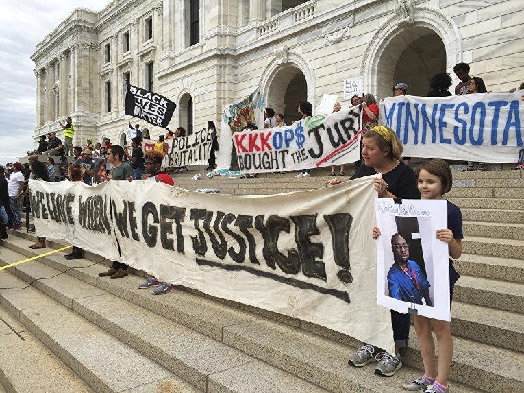 Акция протеста против решения суда оправдать полицейского, застрелившего афроамериканца, в Сент-Поле, Миннесота, США. 16 июня 2017