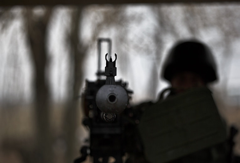 Украинский солдат с пулеметом на блокпосту рядом с городом Курахово в Донецкой области