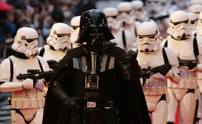 Фанаты Звездных Войн, одетые как Дарт Вейдер и штурмовики на премьере нового эпизода фильма в Лондоне