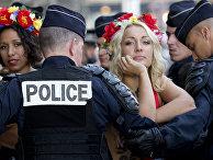 Лидер движения Femen Инна Шевченко во время акции в Париже