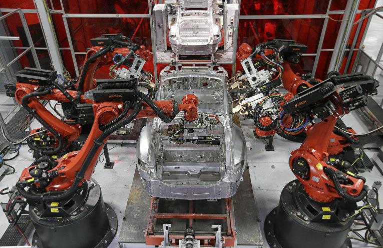 Сборка автомобилей Tesla роботами на заводе в Фремонте, Калифорния
