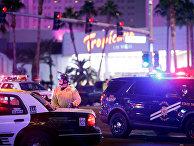 Автомобили полиции на месте стрельбы у казино Mandalay Bay в Лас-Вегасе
