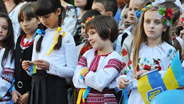 Ученики на торжественной линейке, посвященной Дню знаний, во Львове