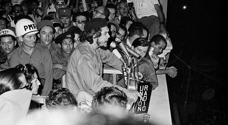 Правая рука кубинского премьера Фиделя Кастро Эрнесто Че Гевара выступает в Гаване
