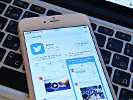 Страница социальной сети Twitter на экране смартфона