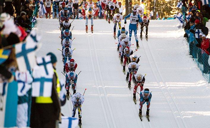 Спортсмены на дистанции мужского скиатлона во время чемпионата мира по лыжным видам спорта Lahti2017 в финском Лахти