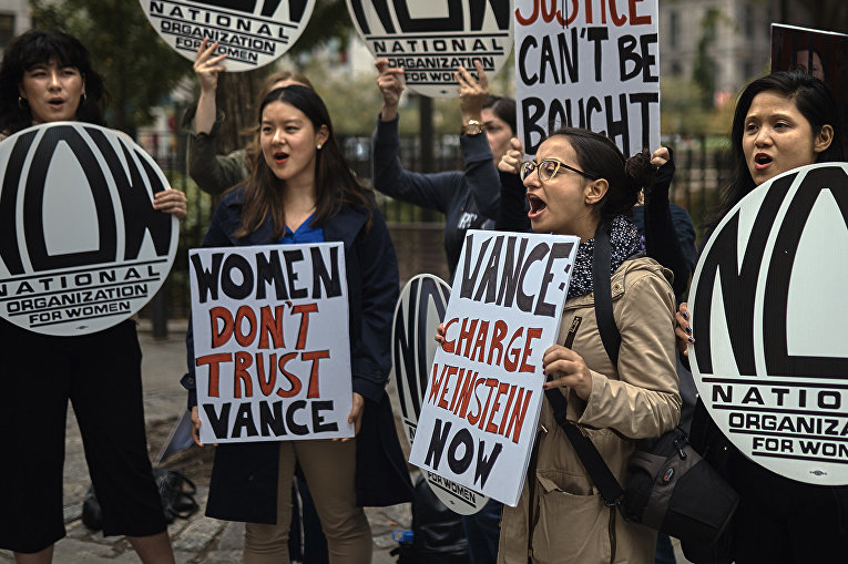 Акция протеста против Харви Вайнштейна в Нью-Йорке