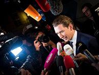 Министр иностранных дел Австрии и лидер Австрийской партии правоцентристов Себастьян Курц общается с журналистами