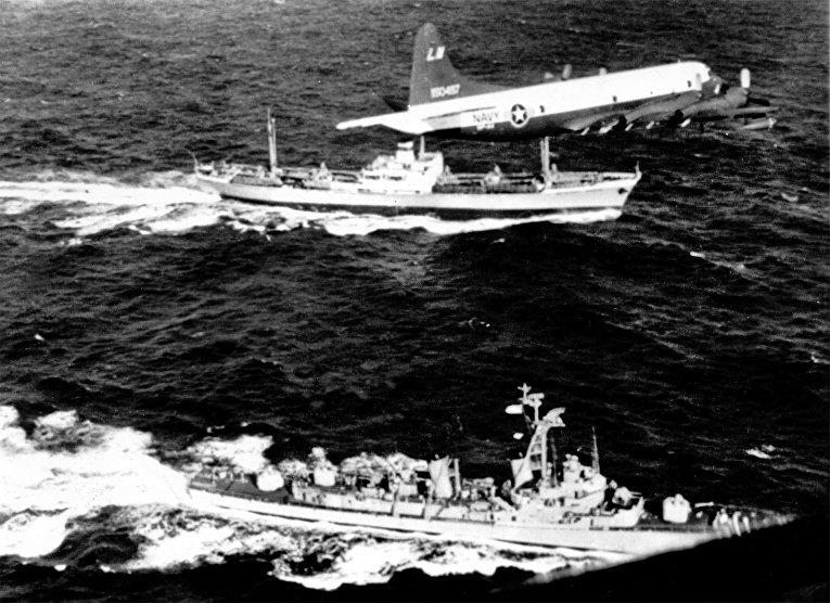 """Самолет ВМС США Lockheed P-3A-20-LO Orion пролетает над советским судном """"Металлург Аносов"""" в период Карибского кризис. 9 ноября 1962 года"""
