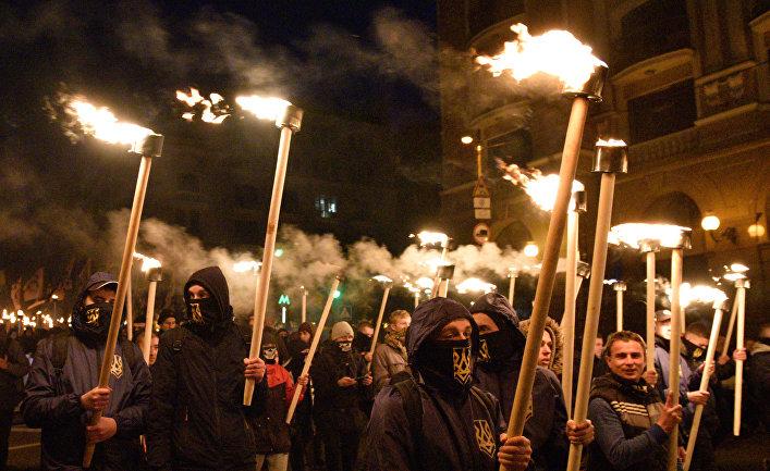 Участники марша в Киеве, приуроченного к годовщине создания УПА и Дню защитника Украины