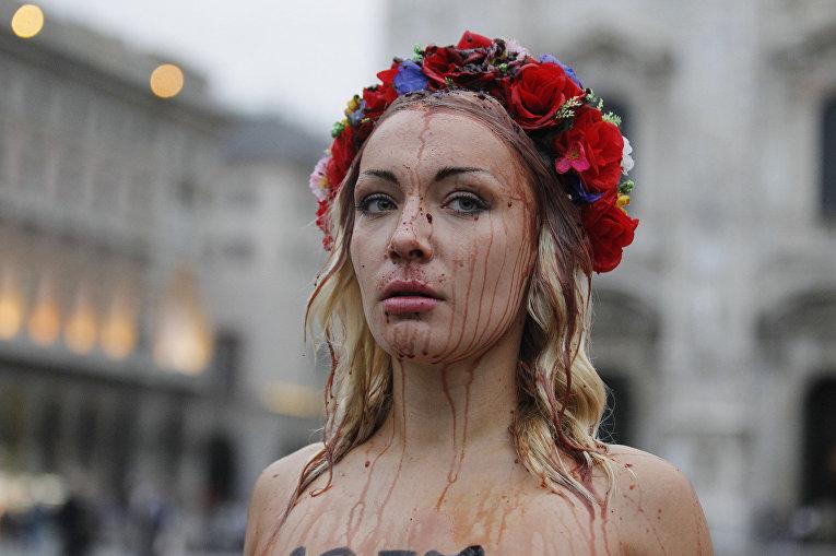 Лидер Femen Инна Шевченко на акции в Милане