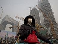Женщина спасается от смога в Пекине, Китай