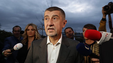 Лидер партии ANO Андрей Бабиш общается с прессой в Праге, Чехия