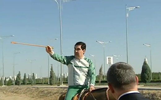 Президент Туркмении верхом осмотрел строительные объекты столицы