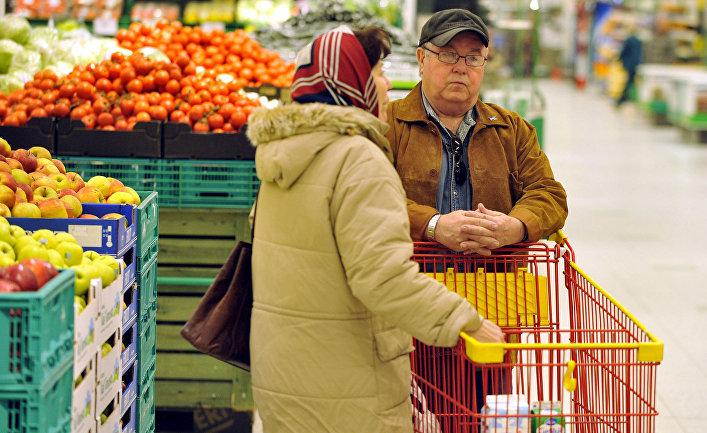 Покупатели в продуктовом магазине в городе Вантаа, Финляндия