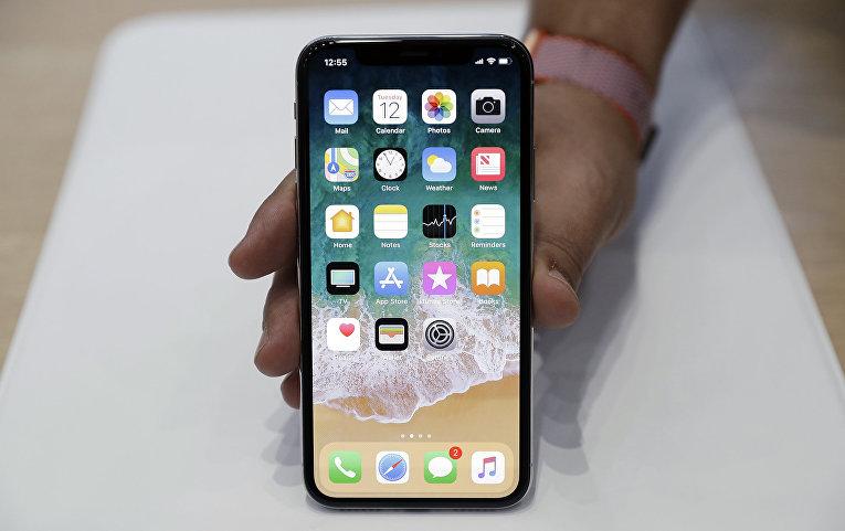 Тестирование смартфона iPhone X в штаб-квартире Apple в Купертино