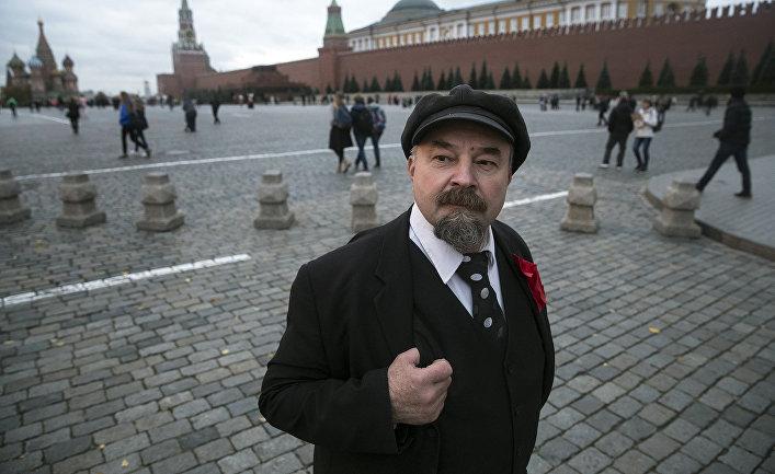 Двойник Ленина Сергей Соловьев позирует для туристов на Красной площади в Москве