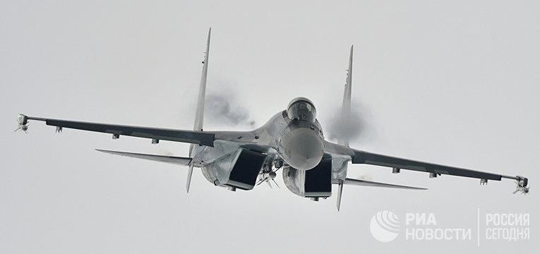 Многоцелевой сверхманевренный истребитель Су-35 во время демонстрационного полета на Международном авиационно-космическом салоне МАКС - 2013 в Жуковском