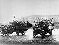 Отряды вооруженных матросов и солдат направляются к Зимнему дворцу. Октябрьские дни 1917 года. Петроград