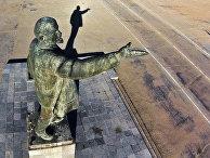 Памятник Владимиру Ленину на арендуемом Россией космодроме Байконур в Казахстаненин