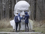 Школьники играют с памятником Ленина в музее «Шалаш Ленина» неподалеку от озера Разлив в пригороде Санкт-Петербурга