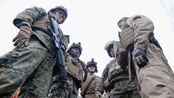 Десант, состоящий из морских пехотинцев США и эстонского разведывательного подразделения Кайтселиита