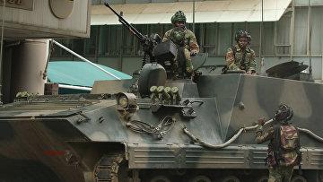 Военная техника в районе парламента в столице Зимбабве Хараре