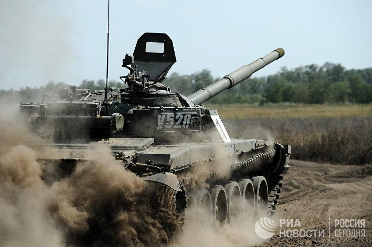 """Танк Т-72Б1 во время учебных стрельб на полигоне """"Кадамовский"""""""