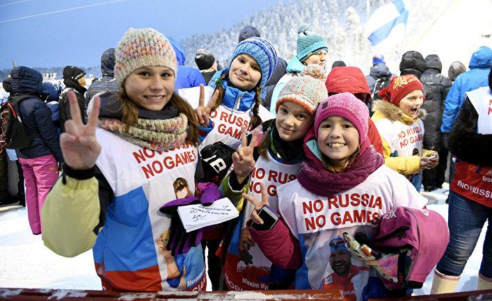 Российские туристы в жилетах «Нет России — нет игр». В финском горнолыжном центре Рука
