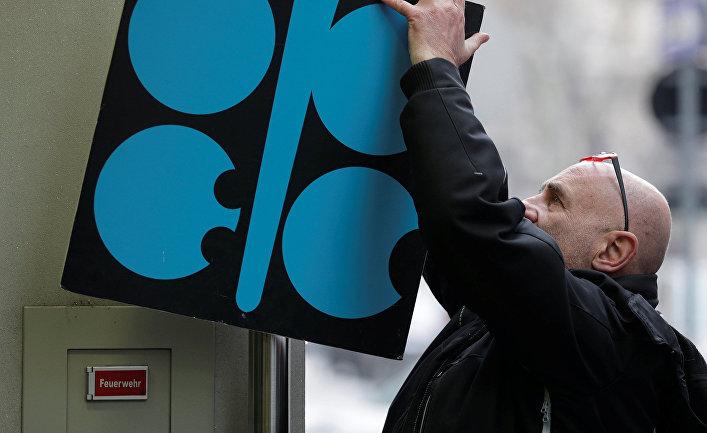 Логотип OPEC у входа в штаб-квартиру перед встречей министров в Вене, Австрия