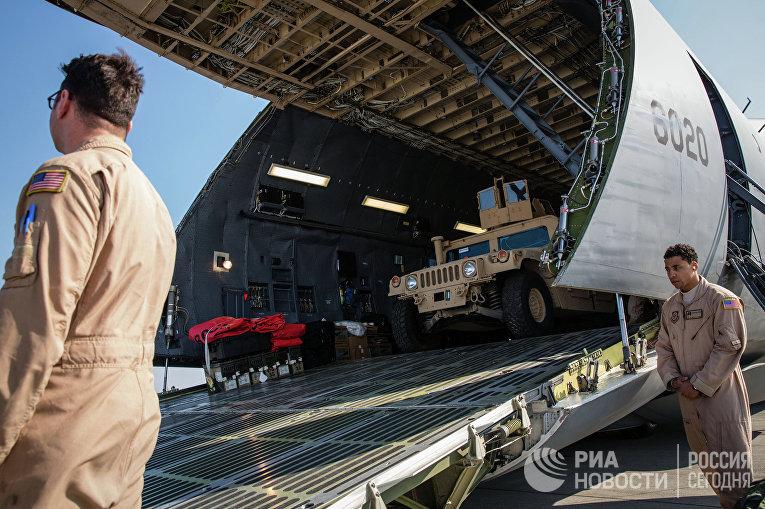 """Самолет Военно-воздушных сил США с первой партией американских бронированных автомобилей в международном аэропорту """"Борисполь"""""""