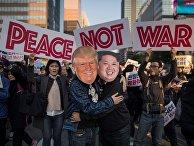 Демонстранты в масках, изображающих Дональда Трампа и Ким Чен Ына, во время митинга в Сеуле