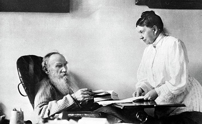 Лев Николаевич Толстой с женой Софьей Андреевной в Ясной Поляне. 1908 год